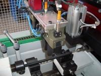 Nahaufnahme einer dünnen und langen, auf der VPM 400 frisch geprägten Gewindestange