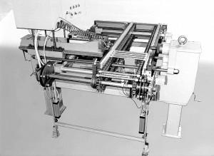 Stempelmaschine zur Prägung von Antriebswellen - Rückansicht, Auslauf